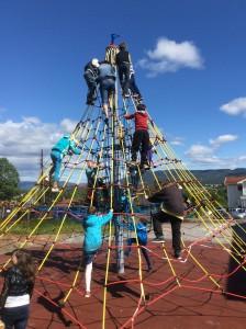 Elever som klatrer