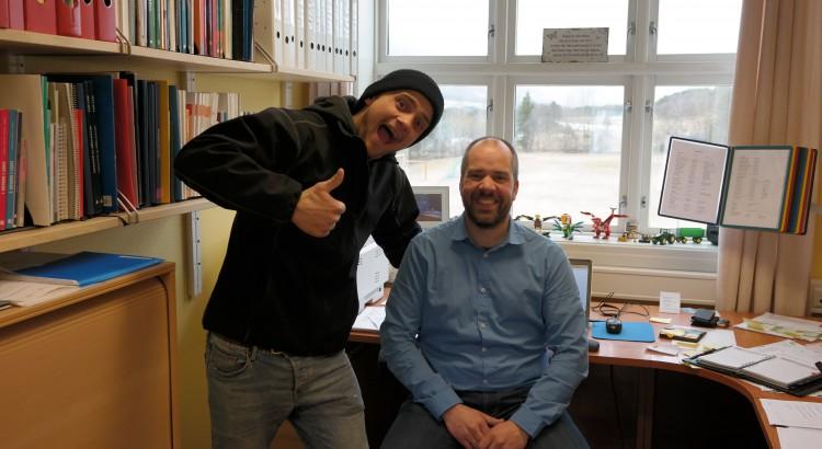 Rektor Gjermund og en tidligere elev er fornøyd over de nye skolelokalene